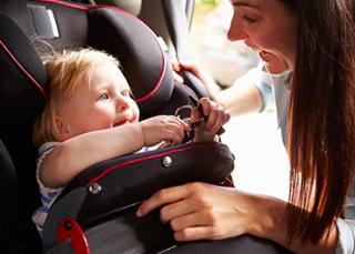 Auto : que vérifier avant de prendre la route avec des enfants ?